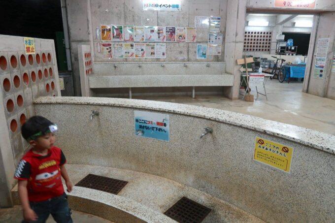 沖縄県総合運動公園キャンプ場のキャンプセンター併設の炊事場
