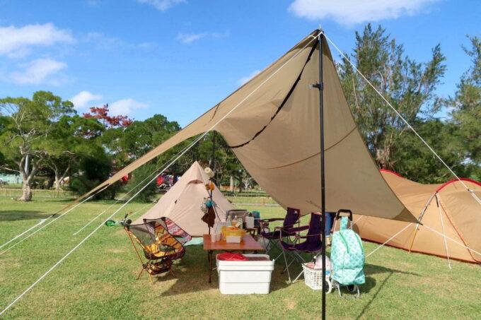 沖縄県総合運動公園キャンプ場で設営したテントとタープ