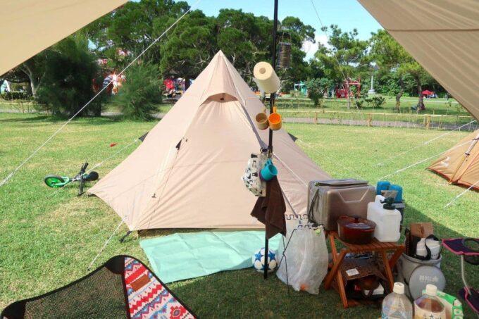 沖縄県総合運動公園キャンプ場に設営したDODのワンポールテント