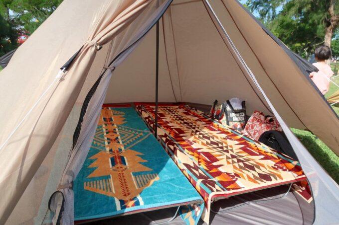 沖縄県総合運動公園キャンプ場で設営したテントの中の様子