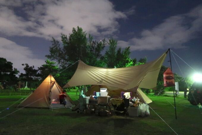 夜の沖縄県総合運動公園キャンプ場のキャンプサイト