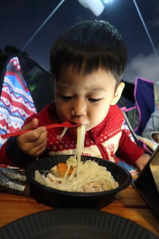 沖縄県総合運動公園キャンプ場での夕食を食べるお子サマー