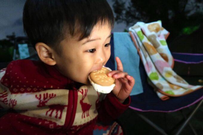 沖縄県総合運動公園キャンプ場でマシュマロサンドを食べるお子サマー