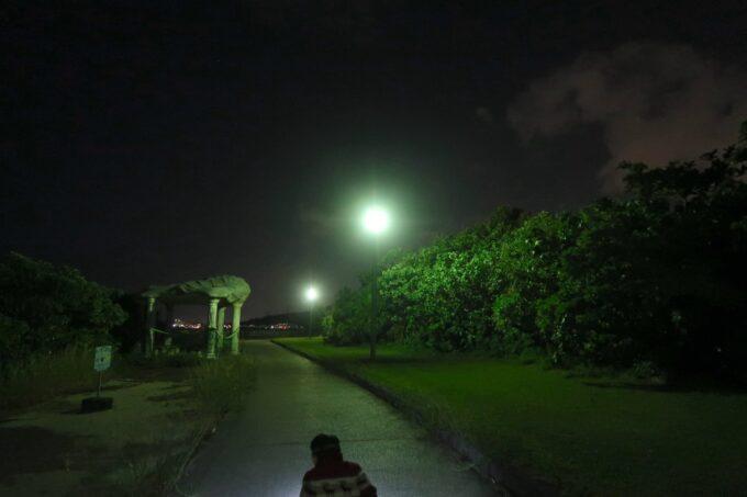 夜の沖縄県総合運動公園キャンプ場のウォーキングコース