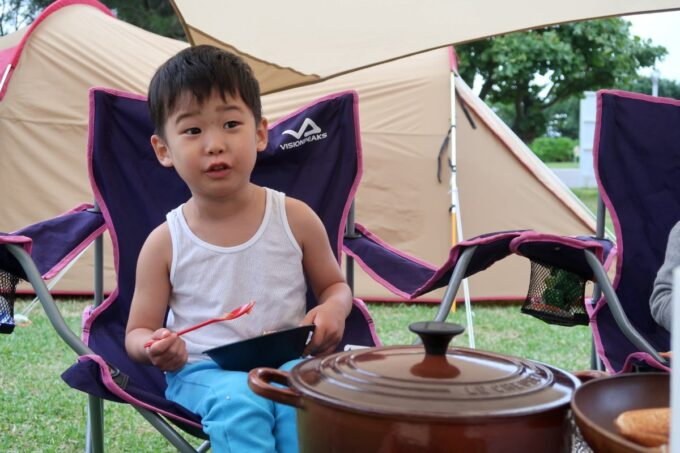 沖縄県総合運動公園キャンプ場で朝ごはんを食べる肌着のお子サマー