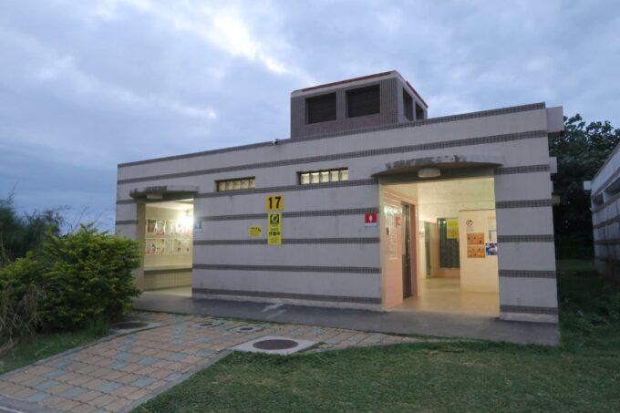 沖縄県総合運動公園キャンプ場にあるトイレとお風呂の建物