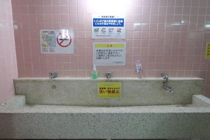 沖縄県総合運動公園キャンプ場のトイレ手洗い場