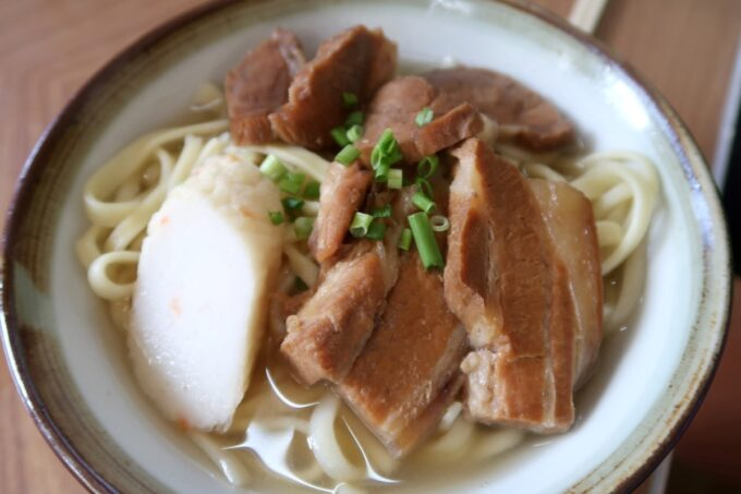 本部町「食堂 海邦」三枚肉そば(小、500円)