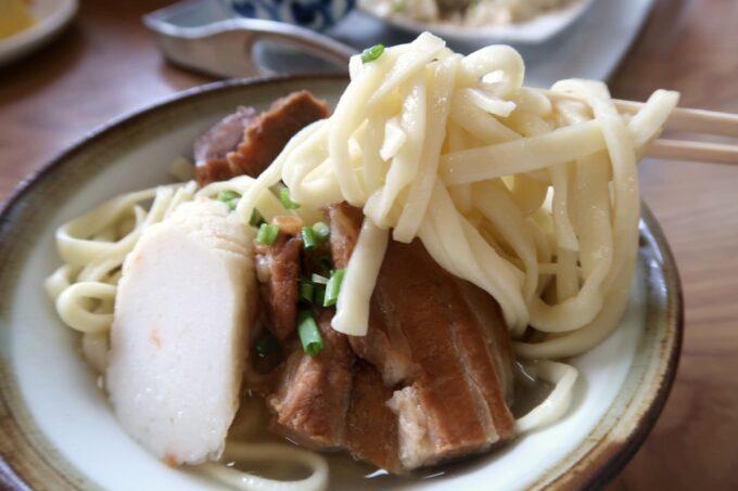 本部町「食堂 海邦」三枚肉そばの平打ち麺