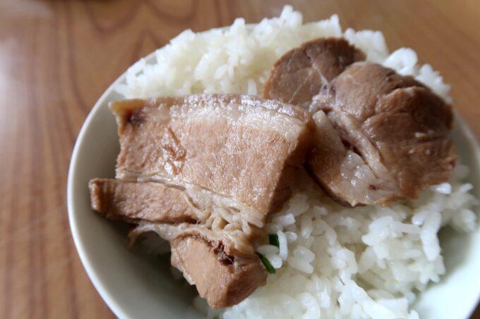本部町「食堂 海邦」三枚肉そばの肉を食べてくれなかったので、ごはんに乗せて食べた