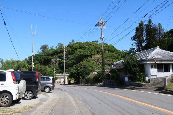 本部町「食堂 海邦」の道路向かいに駐車場がある