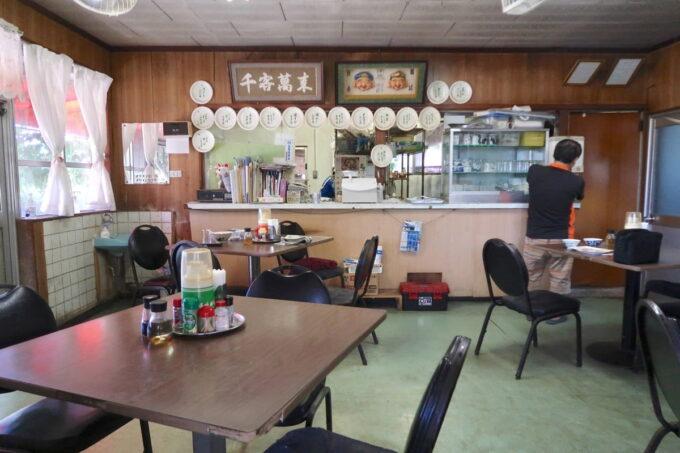 本部町「食堂 海邦」の店内客席(テーブル席)