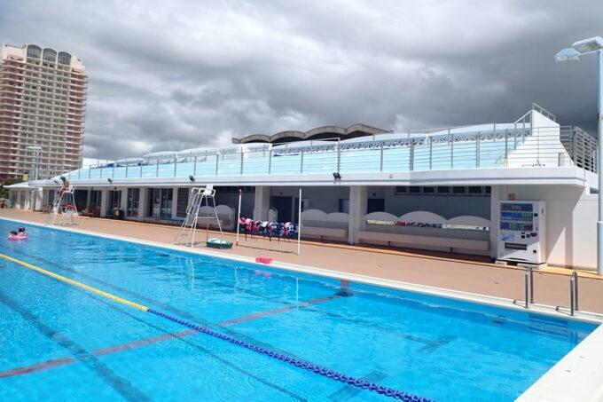 「北谷公園水泳プール」50メートルプールの脇にはスタンドがあった