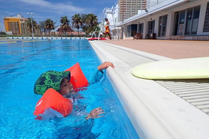 「北谷公園水泳プール」50メートルプールに入ってみるお子サマー