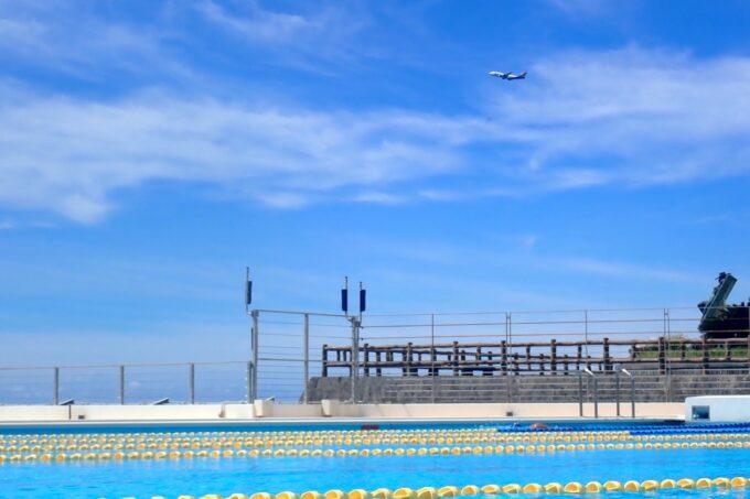 「北谷公園水泳プール」50メートルプールで遊んでいると飛行機が見えた