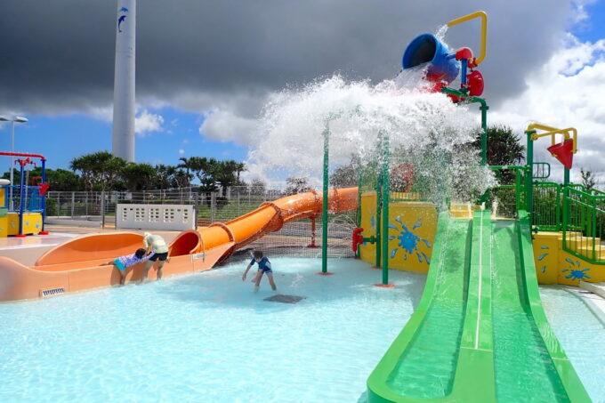 「北谷公園水泳プール」こどもプールの滑り台と大きなバケツ