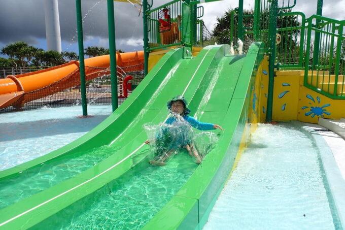 「北谷公園水泳プール」子どもプールの滑り台を楽しむお子サマー