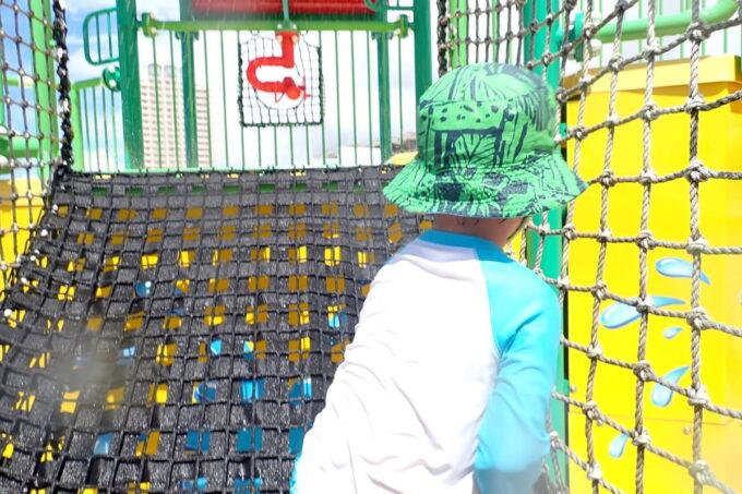 「北谷公園水泳プール」遊具の裏側には網があり全身で遊べる設計