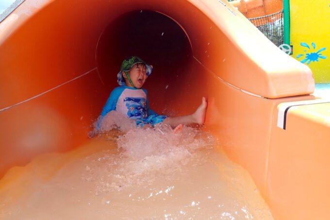 「北谷公園水泳プール」トンネル状の滑り台を楽しむお子サマー