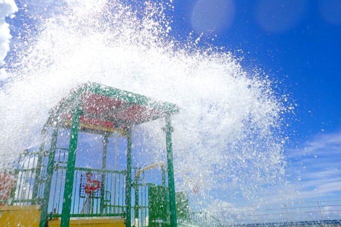 「北谷公園水泳プール」定期的に水飛沫を上げて巨大バケツがひっくり返る