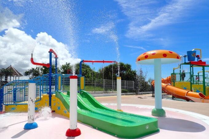 「北谷公園水泳プール」幼児向けの滑り台付きプール