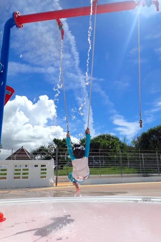 「北谷公園水泳プール」紐を引っ張ると水が出る仕組みの遊具