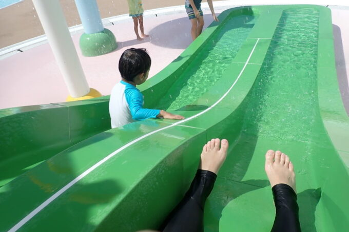 「北谷公園水泳プール」安全で怖くない水の流れる滑り台