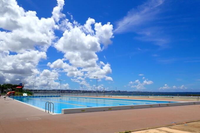 「北谷公園水泳プール」ピーカンに晴れた空と50メートルプール