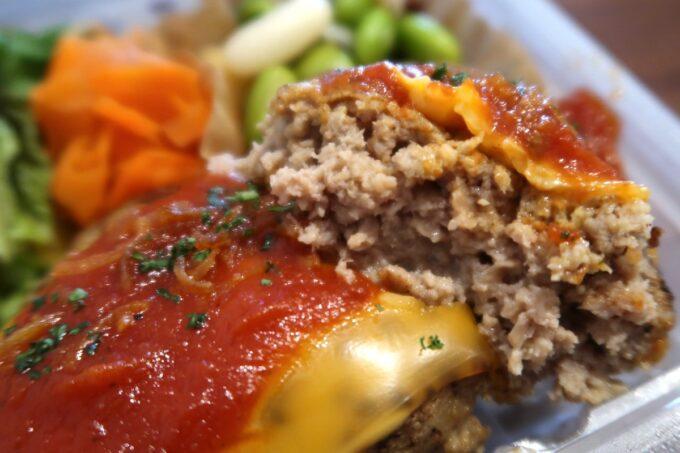 那覇市おもろまち「デリカテッセントランク ブッチャー&ベーカリー(DELICATESSEN TRUNQ Butcher & Bakery)」俺たちのハンバーグ弁当(600円)はその名の通りトランクのハンバーグだった。