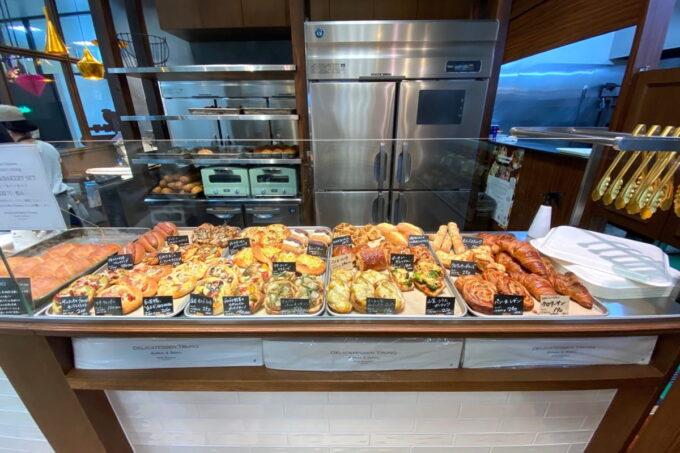 那覇市おもろまち「デリカテッセントランク ブッチャー&ベーカリー(DELICATESSEN TRUNQ Butcher & Bakery)」の焼きたてパンが並ぶコーナー