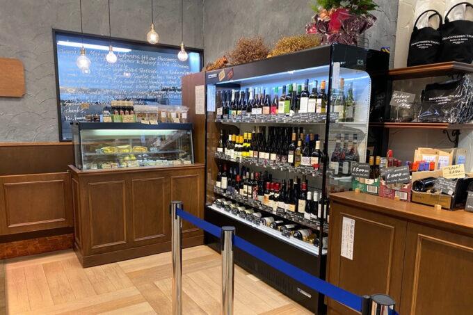 那覇市おもろまち「デリカテッセントランク ブッチャー&ベーカリー(DELICATESSEN TRUNQ Butcher & Bakery)」の店内ではワインの販売もしている