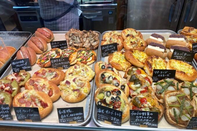 那覇市おもろまち「デリカテッセントランク ブッチャー&ベーカリー(DELICATESSEN TRUNQ Butcher & Bakery)」この日の焼き立てパン(その1)