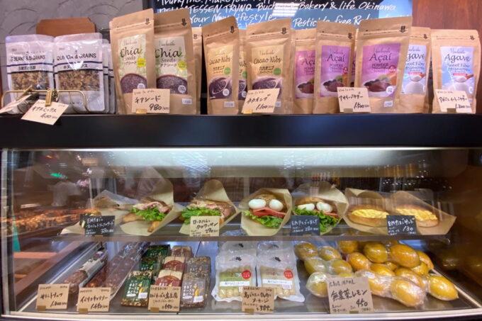那覇市おもろまち「デリカテッセントランク ブッチャー&ベーカリー(DELICATESSEN TRUNQ Butcher & Bakery)」サンドイッチ類も販売している