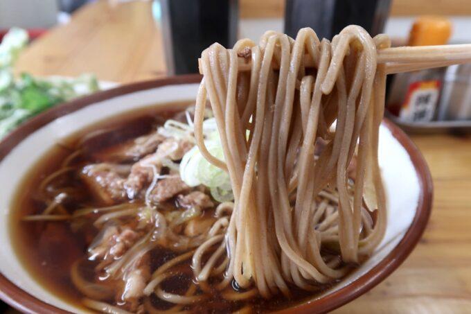 那覇市久茂地「永當蕎麦」肉蕎麦(490円)をの蕎麦を箸上げ