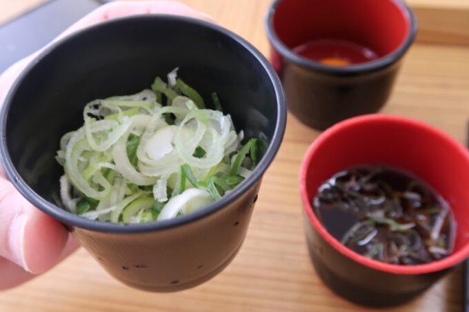 那覇市久茂地「永當蕎麦」のネギ(50円)が大量!
