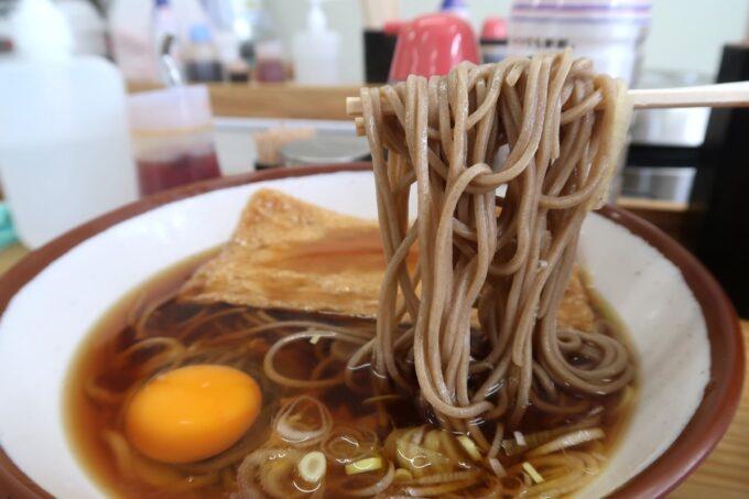 那覇市久茂地「永當蕎麦」きつね蕎麦の麺を箸上げ