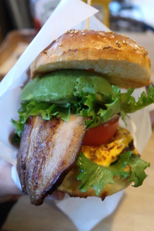 那覇市安里「HAMBURGER DINER FLIP-FLOP(ハンバーガーダイナー フリップフロップ)」A.B.Cバーガー(1400円)をバーガー袋に入れる