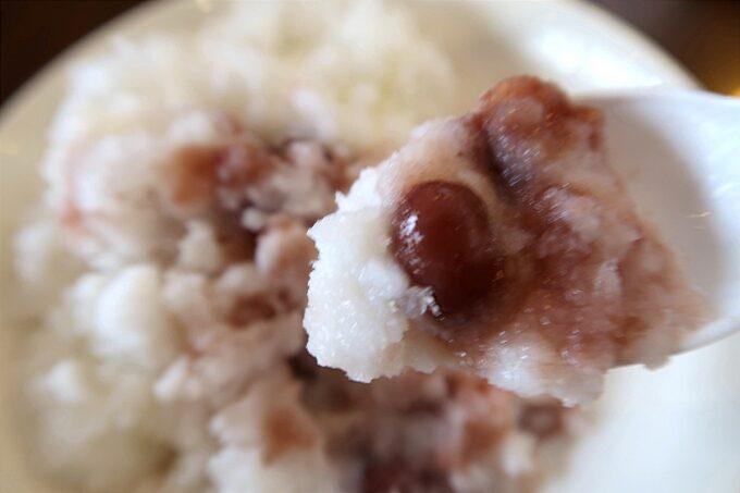 糸満「 まるみつ(丸三冷し物店)」最後は氷と金時豆を混ぜ合わせて白くま(500円)を食べ終えた