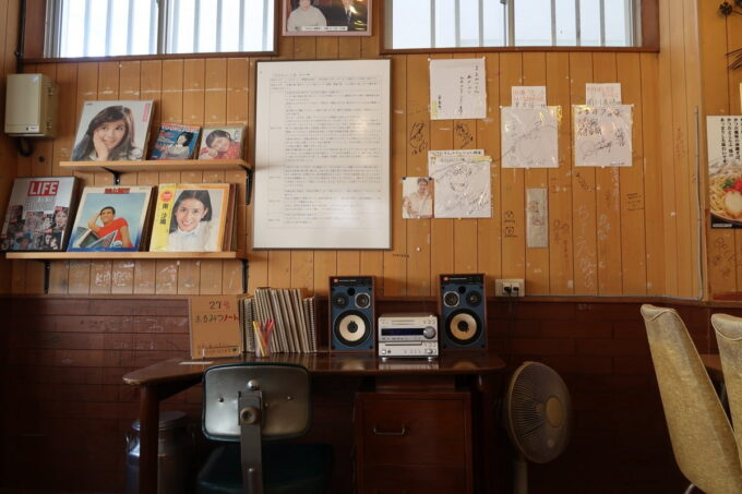 糸満「 まるみつ(丸三冷し物店)」の昭和な店内の一角