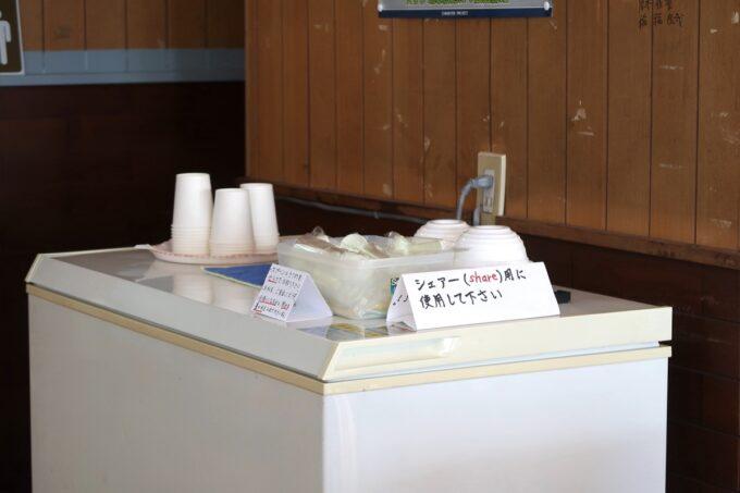 糸満「 まるみつ(丸三冷し物店)」とりわけ用のカップなどはセルフで取りに行く