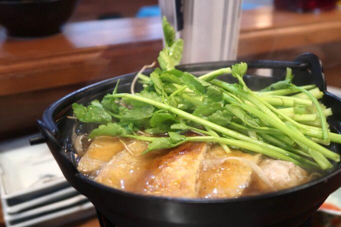 那覇市松尾「飯ト寿小やじ」比内地鶏と仙台セリの鍋(1280円)はに立った頃にセリを入れる。