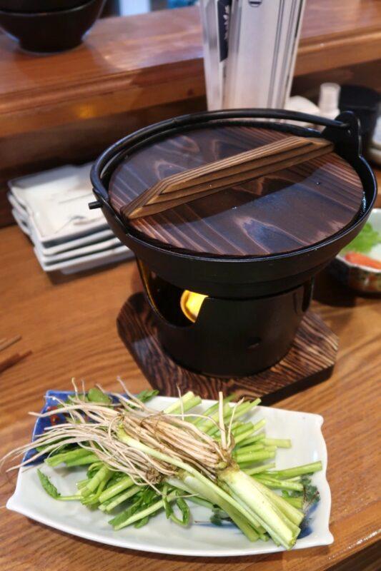 那覇市松尾「飯ト寿小やじ」比内地鶏と仙台セリの鍋(1280円)