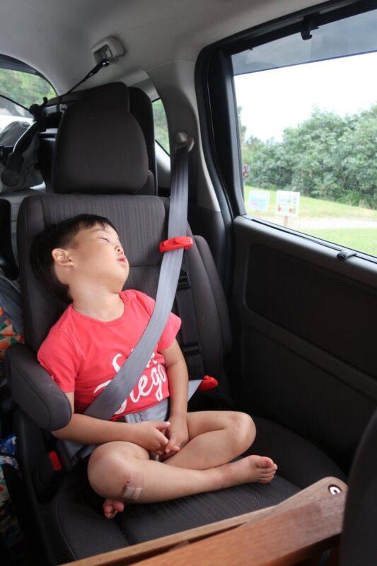 沖縄県総合運動公園キャンプ場で撤収後、車に乗った瞬間爆睡したお子サマー