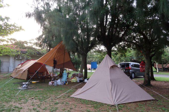 沖縄県総合運動公園キャンプ場のサイト(区画32・33)にテントを張る