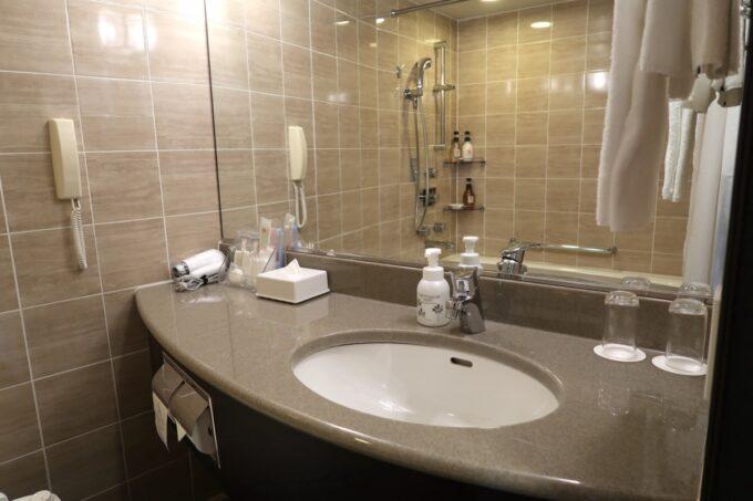 那覇「沖縄ハーバービューホテル」スタンダードツインの洗面台