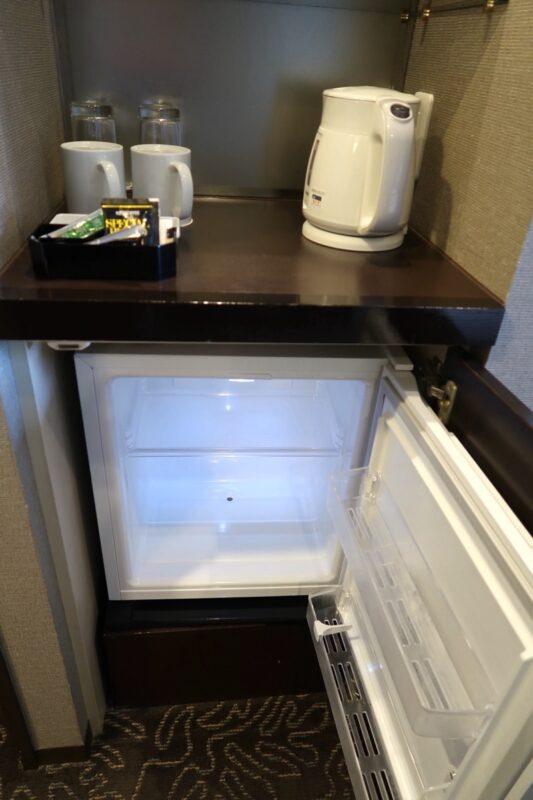 那覇「沖縄ハーバービューホテル」スタンダードツインの冷蔵庫など
