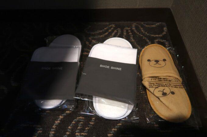 那覇「沖縄ハーバービューホテル」子どもの分まで用意されていた客室用の紙スリッパ