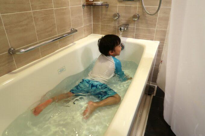 那覇「沖縄ハーバービューホテル」スタンダードツインのバスルームで遊ぶお子サマー