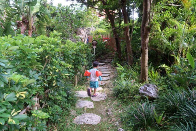 那覇「沖縄ハーバービューホテル」遊び足りない子どもが中庭を駆け回る