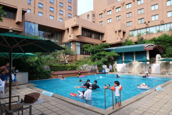 那覇「沖縄ハーバービューホテル」のガーデンプール